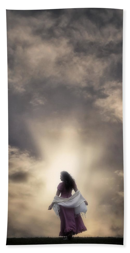 Woman Hand Towel featuring the photograph Walking Into The Sunset by Joana Kruse