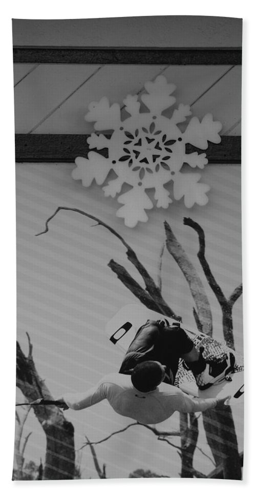 Snow Flake Bath Towel featuring the photograph Wall Surfing With A Snow Flake by Rob Hans