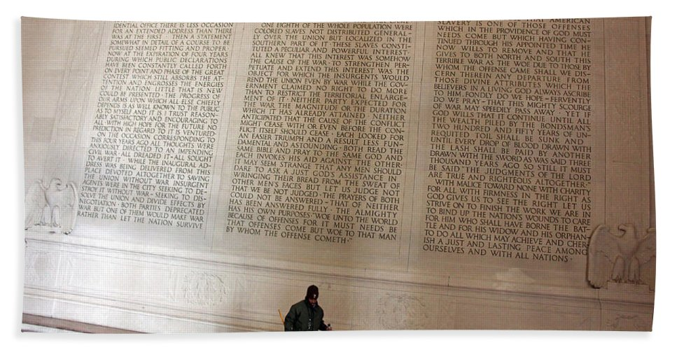 Abraham Bath Sheet featuring the photograph With Malice Toward None With Charity For All -- President Lincoln's Second Inaugural Address by Cora Wandel