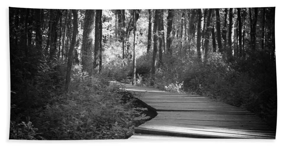 Black And White Bath Towel featuring the photograph Wooded Walk by Scott Wyatt
