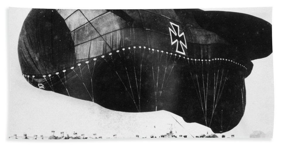1914 Hand Towel featuring the photograph World War I: Airship by Granger