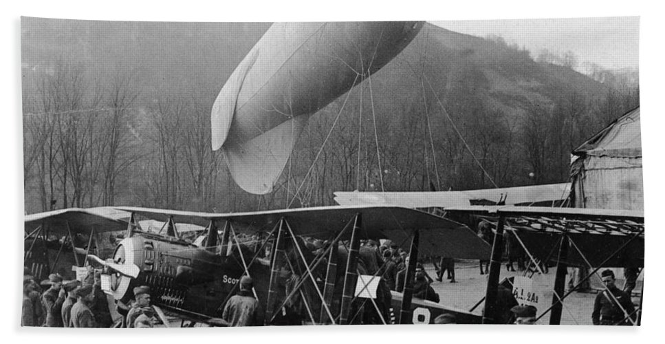 1917 Bath Sheet featuring the photograph World War I: Airships by Granger