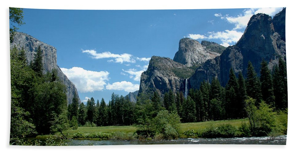 Usa Bath Sheet featuring the photograph Yosemite Valley View X by LeeAnn McLaneGoetz McLaneGoetzStudioLLCcom