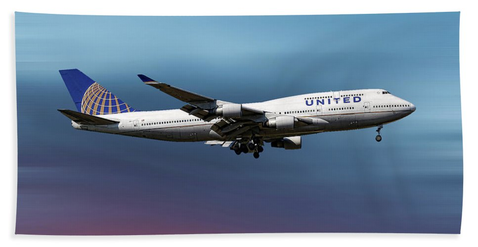 United Airlines Hand Towel featuring the mixed media United Airlines Boeing 747-422 by Smart Aviation