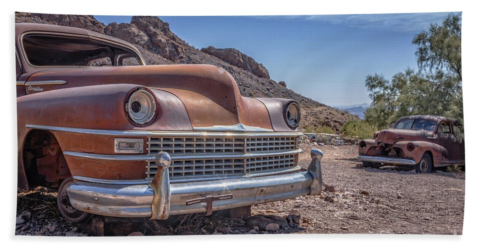 Cars Bath Towel featuring the photograph Abandoned Cars In The Desert by Edward Fielding