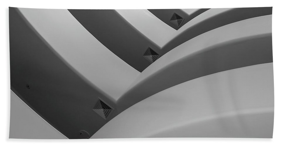 B/w Bath Towel featuring the photograph Guggenheim_museum by Mark Shoolery