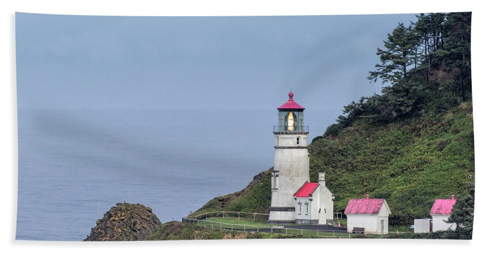 Heceta Head Lighthouse Bath Towel featuring the photograph Heceta Head Lighthouse by Jurgen Lorenzen