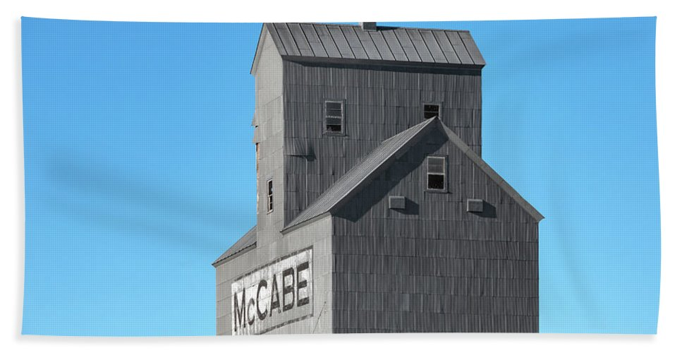 Mccabe Bath Towel featuring the photograph Mccabe Elevator by Todd Klassy