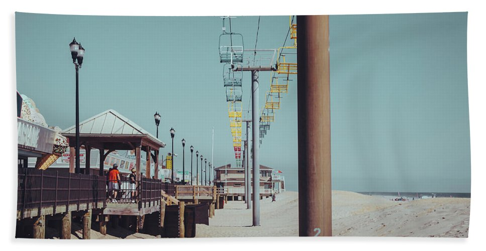 Seaside Bath Towel featuring the photograph Sky Ride by Steve Stanger