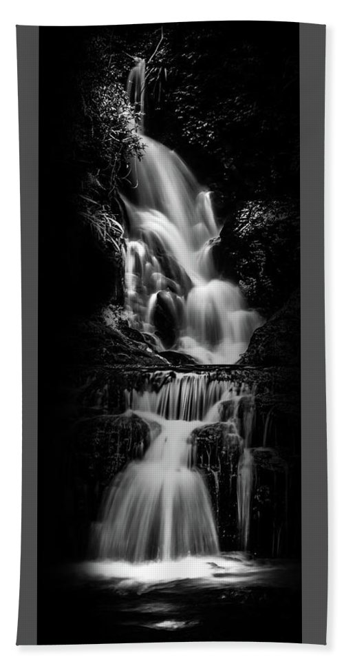 Black And White Waterfall Bath Towel featuring the photograph Expressive by Az Jackson