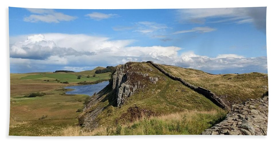 Landscape Bath Towel featuring the photograph Hadrianswall by Pop