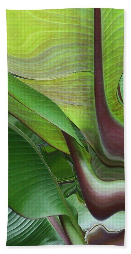 Plant Bath Towel featuring the photograph Plantflow by Linda Sannuti