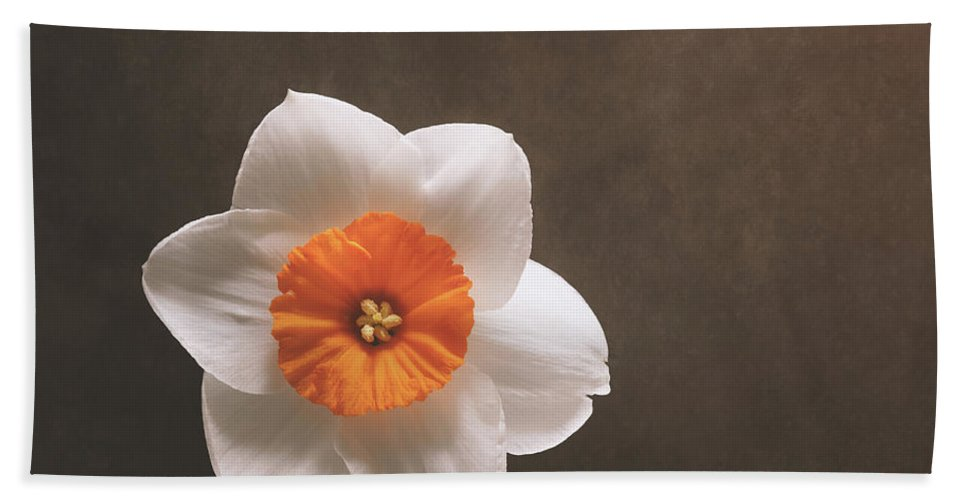 Daffodil Bath Towel featuring the photograph Simple Beauty by Scott Norris