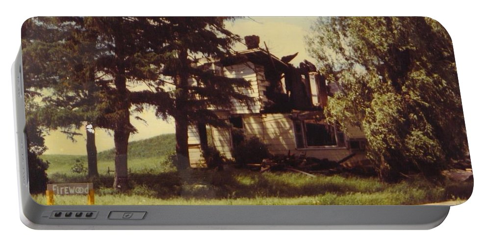 Michigan Farmhouse Portable Battery Charger featuring the photograph Farmhouse Landscape by Robert Floyd