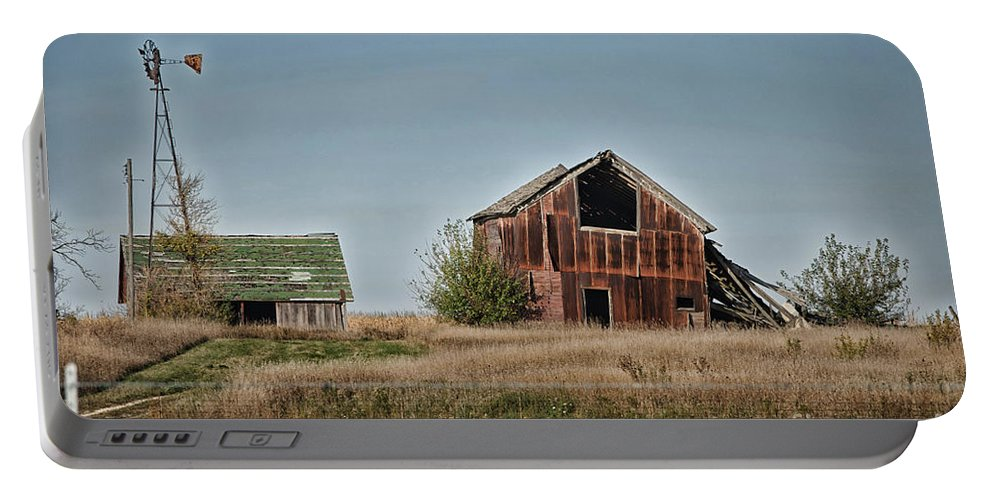 Decaying Farm Portable Battery Charger featuring the photograph Better Days Central Il by Thomas Woolworth