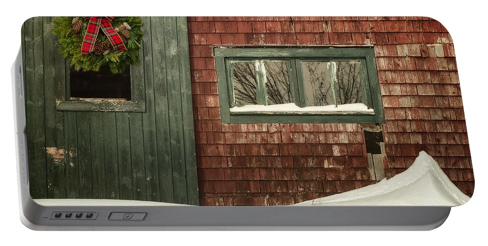 Barn Portable Battery Charger featuring the photograph Country Christmas by Susan Capuano