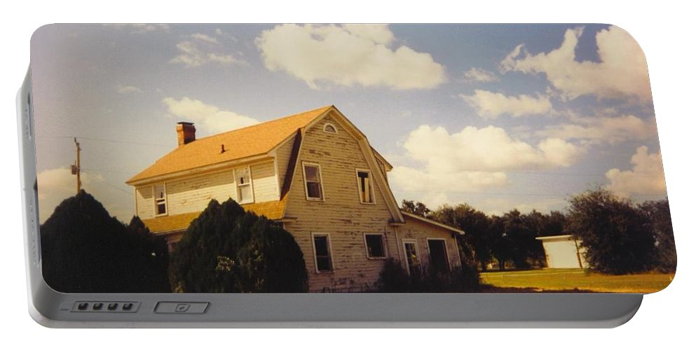 Old Farmhouse On Pine Island Road Portable Battery Charger featuring the photograph Farmhouse Landscape by Robert Floyd