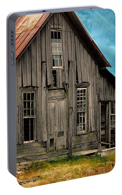 Shack Portable Battery Charger featuring the photograph Shack Of Elora Tn by Lesa Fine