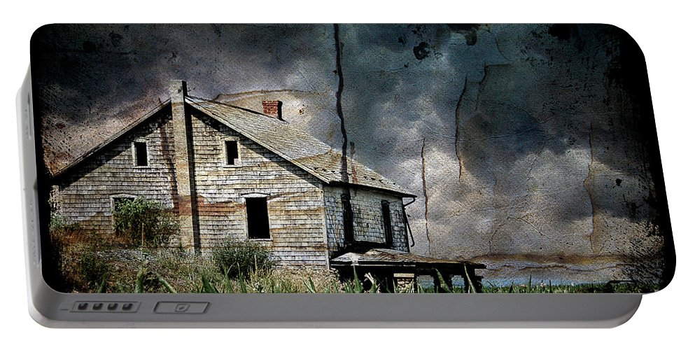Farmhouse Portable Battery Charger featuring the photograph Nobody's Home by Lois Bryan
