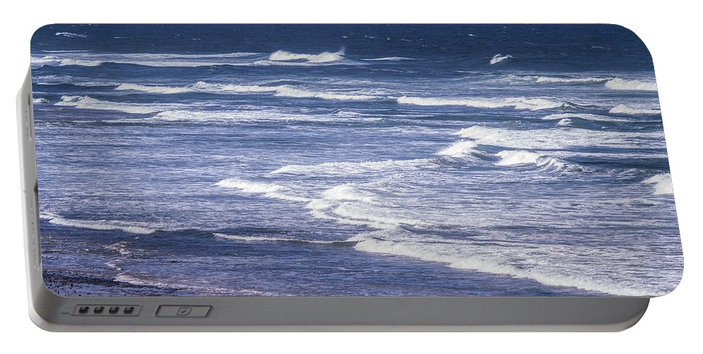 Agate Beach Portable Battery Charger featuring the photograph Yaquina Head Lighthouse by Tracy Knauer