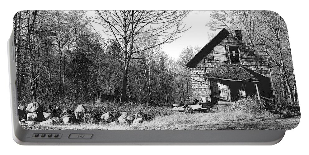 Old Farmhouses Portable Battery Charger featuring the photograph Aldergrove Farmhouse by Randy Harris
