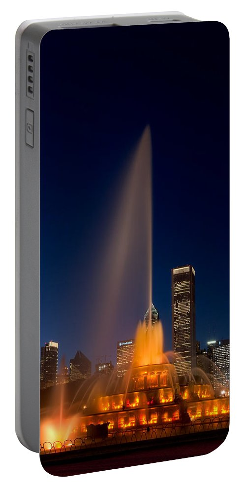 Chicago Portable Battery Charger featuring the photograph Buckingham Fountain Chicago by Steve Gadomski