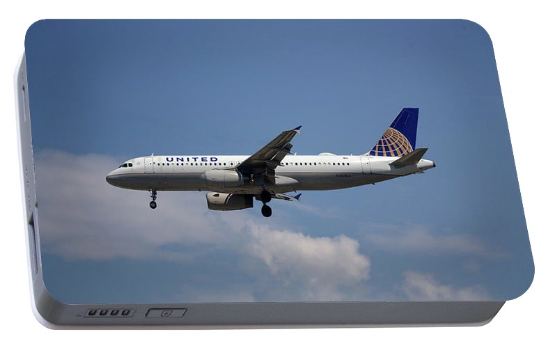 United Airlines Portable Battery Charger featuring the photograph United Airlines Airbus A320-232 by Smart Aviation