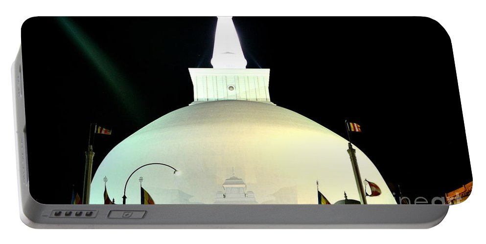 Ruwanwelisaya Portable Battery Charger featuring the photograph Ruwanwelisaya Pagoda by Suranga Basnagala