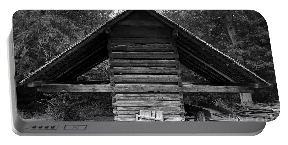 Barn Portable Battery Charger featuring the photograph Barn And Wagon by David Lee Thompson