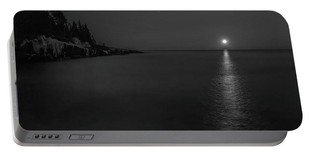 Black And White Portable Battery Charger featuring the photograph Bw Moonrise by Shane Mossman