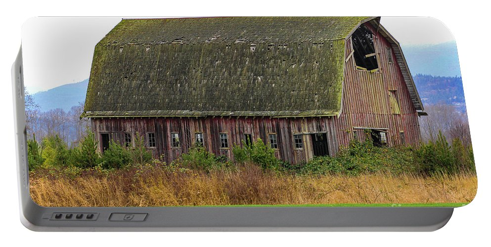 Barn Portable Battery Charger featuring the photograph Conway-434 by Roger Patterson