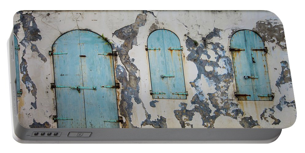 Caribbean Portable Battery Charger featuring the photograph Dancing From The Paint by Rob Lantz