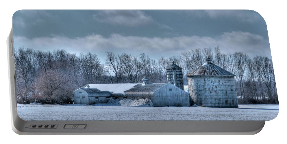 Barns Portable Battery Charger featuring the photograph Elma Barn 14944a by Guy Whiteley