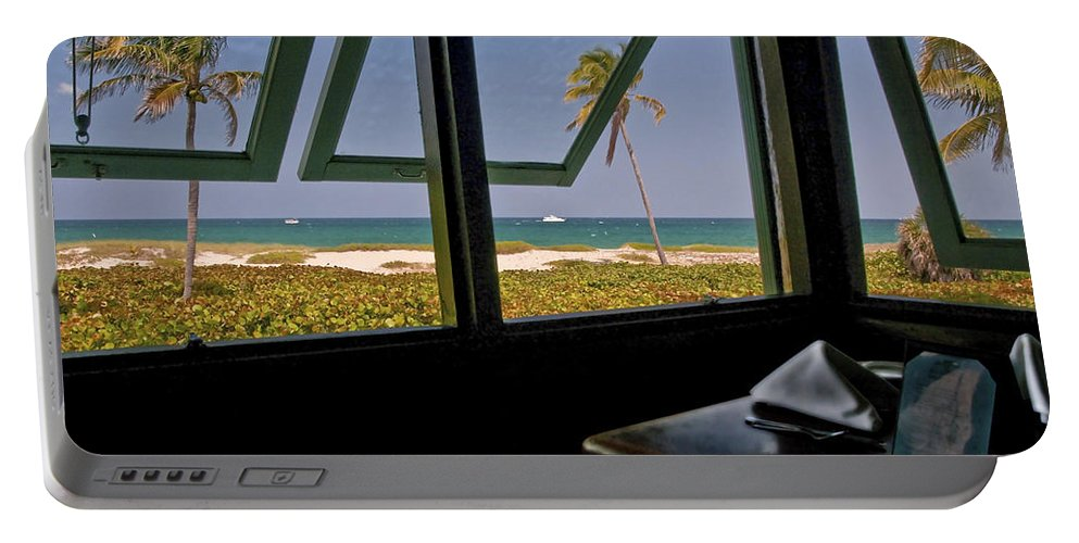 Florida Portable Battery Charger featuring the photograph Florida Lunch by Steven Sparks