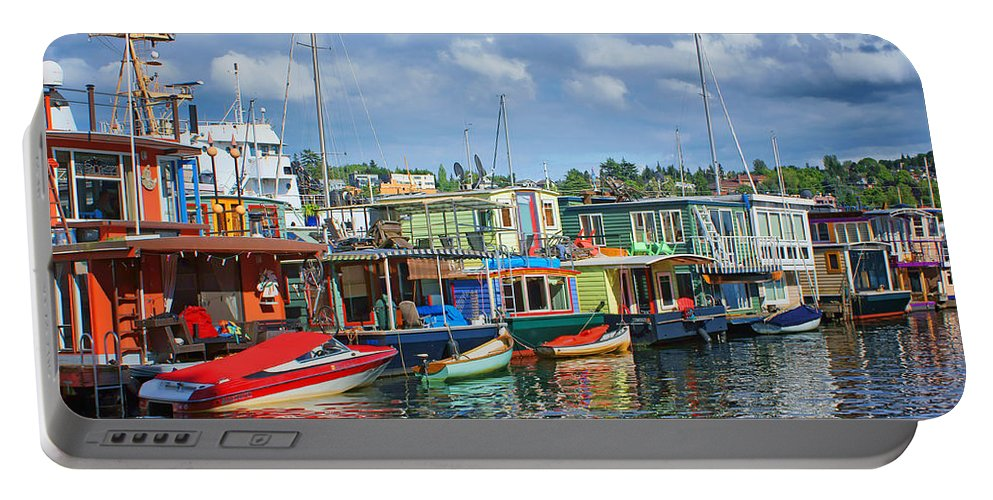 Seattle Portable Battery Charger featuring the photograph Houseboats - 3 - Lake Union - Seattle by Nikolyn McDonald