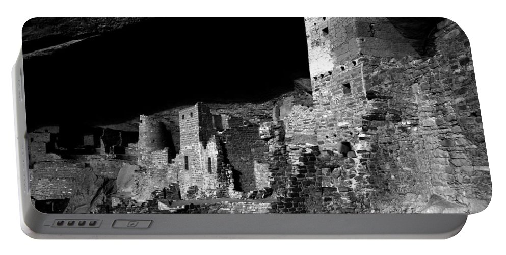 Mesa Verde National Park Colorado Portable Battery Charger featuring the photograph Houses Of The Holly by David Lee Thompson