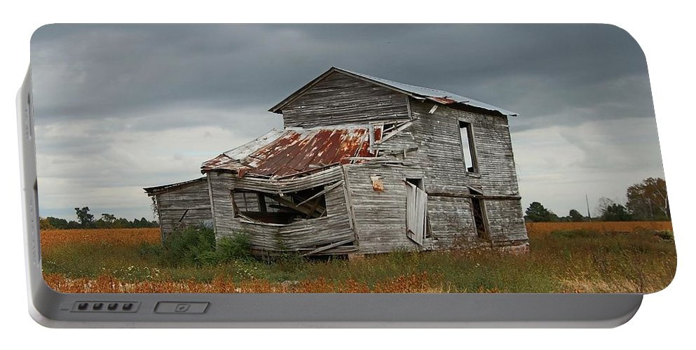 Landscape Portable Battery Charger featuring the photograph Old Barn by Peyton Roberts