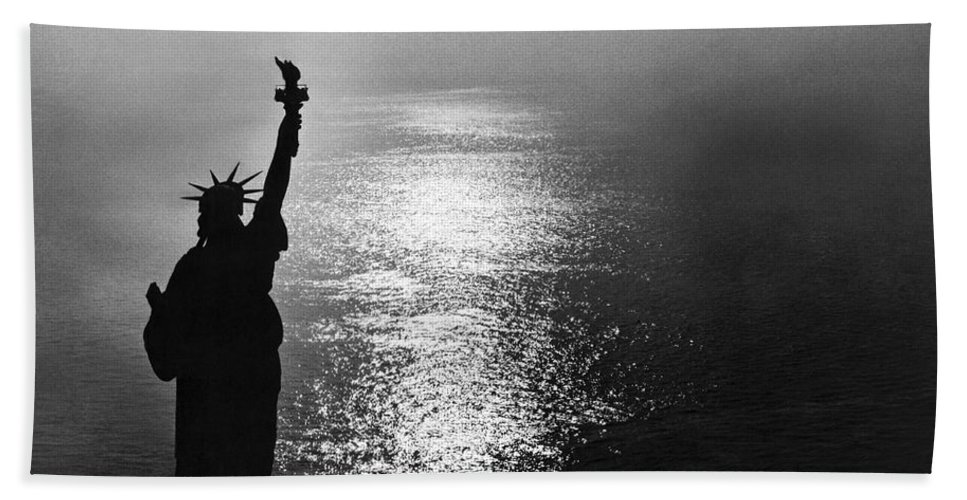 1950's Beach Towel featuring the photograph The Statue Of Liberty by Underwood Archives