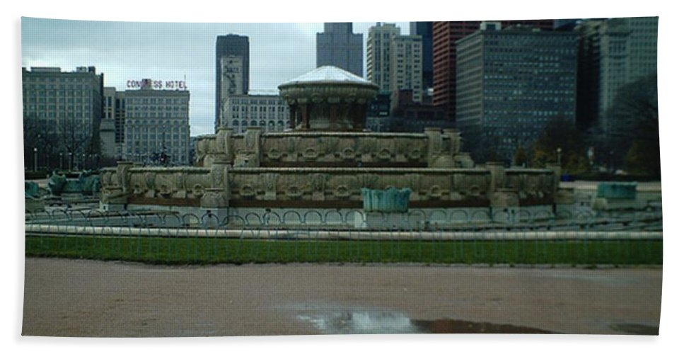 Buckingham Fountain Beach Towel featuring the photograph Buckingham Fountain by Alfie Martin