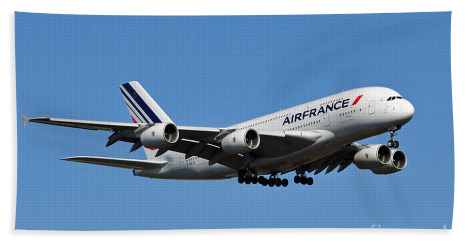 Air France Flight Af 028 Landing At Washington Dulles International Airport In Virginia Beach Towel featuring the photograph Airbus A80 by Paul Fearn