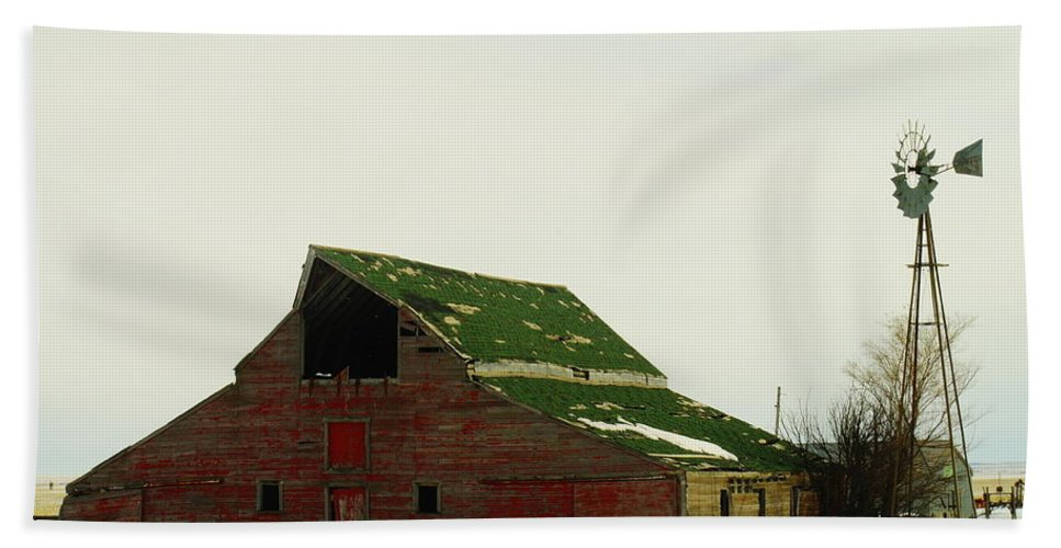 Barns Beach Towel featuring the photograph An Old Barn In Northeast Montana by Jeff Swan