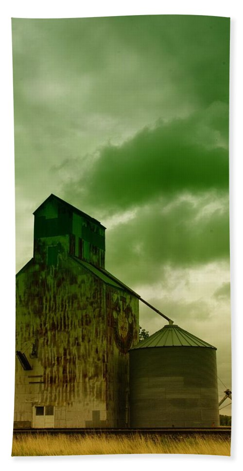 Barns Beach Towel featuring the photograph An Old Grain Silo In Eastern Montana by Jeff Swan