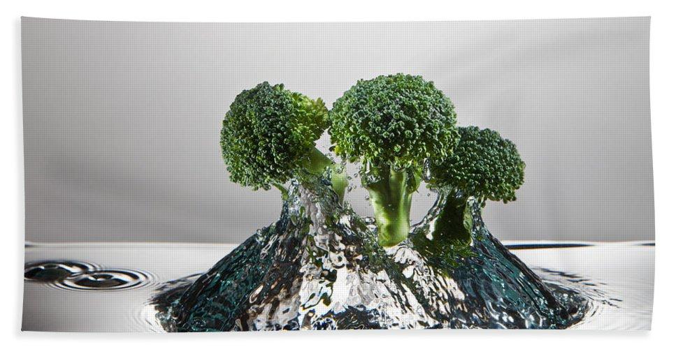 Broccoli Beach Towel featuring the photograph Broccoli Freshsplash by Steve Gadomski