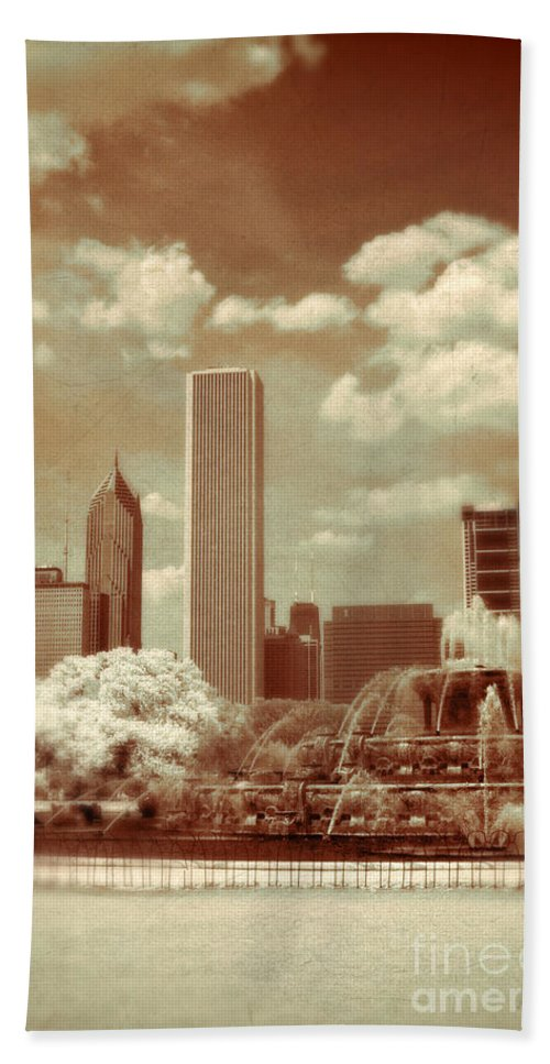 Fountain Beach Towel featuring the photograph Buckingham Fountain In Chicago by Jill Battaglia