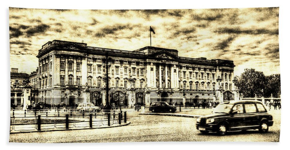 Vintage Beach Towel featuring the photograph Buckingham Palace Vintage by David Pyatt