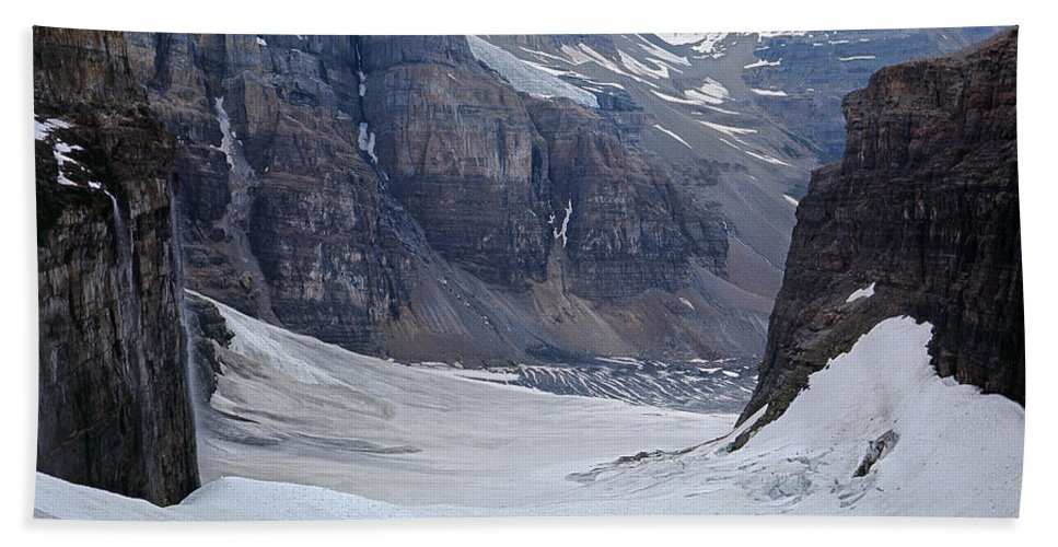 Climbers Beach Towel featuring the photograph T-803501-b-climbers In The Death Trap by Ed Cooper Photography