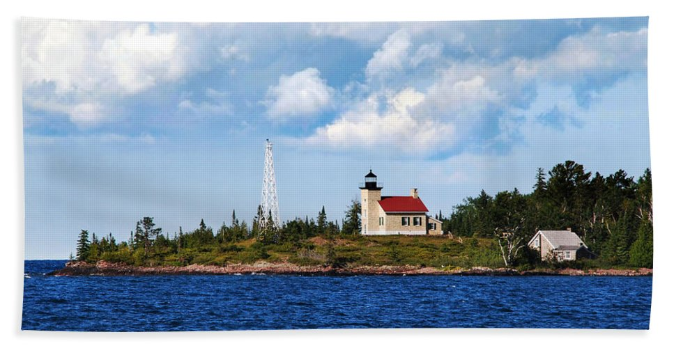 Copper Harbor Beach Towel featuring the photograph Copper Harbor Lighthouse by Christina Rollo