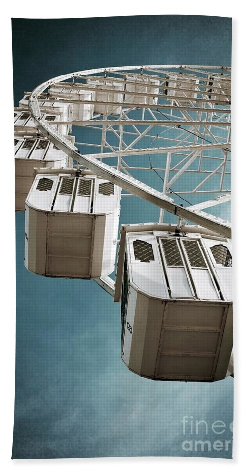 Nobody Beach Towel featuring the photograph Ferris Wheel by Carlos Caetano