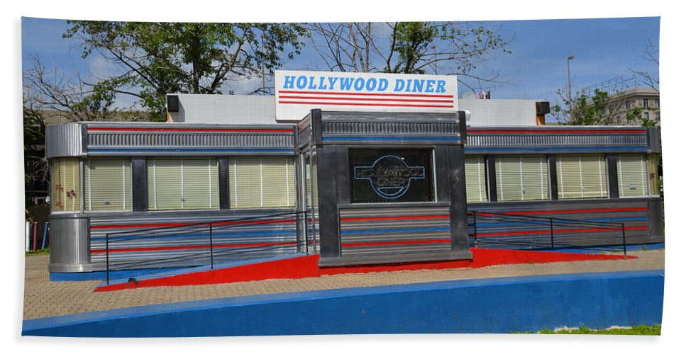 2d Beach Towel featuring the photograph Hollywood Diner by Brian Wallace