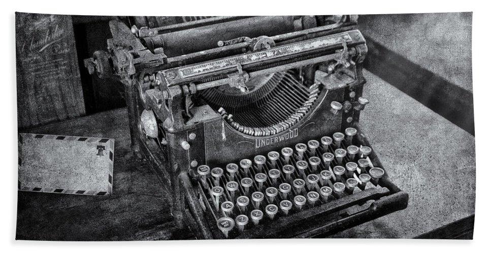 Underwood Typewriter Beach Towel featuring the photograph Old Fashioned Underwood Typewriter Bw by Susan Candelario